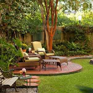 Manicured gardens and outdoor sitting areas. Natchez, MS Bed and Breakfast